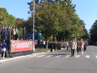 Парад на вулиці леніна. день міста 29 вересня 2010 року. Липи зустрічають свою останню осінь.