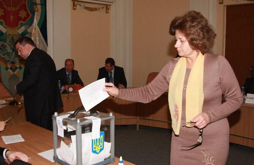 Наталья Удовицкая голосует за секретаря горсовета