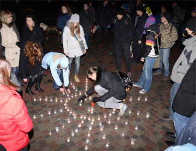 Викладати фігури з запалених свічок виявилося дуже цікаво