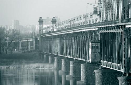 В воскресенье с Крюковского моста спрыгнул 36-летний мужчина