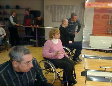 Инвалиды-колясочники Полтавы сыграли в боулинг