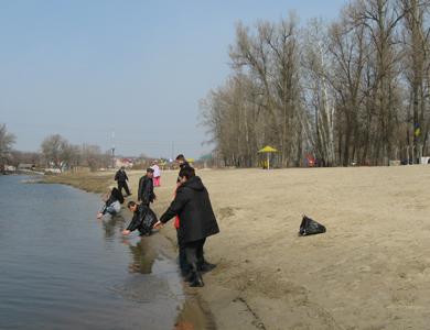 Волонтери звільнили від сміття перший міський пляж Полтави