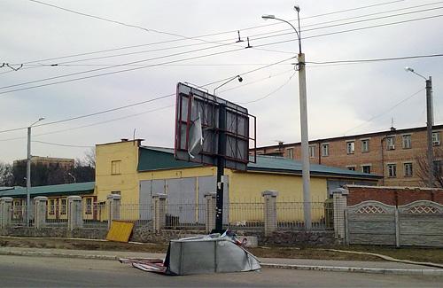 В Полтаве ветром сорвало биллборд