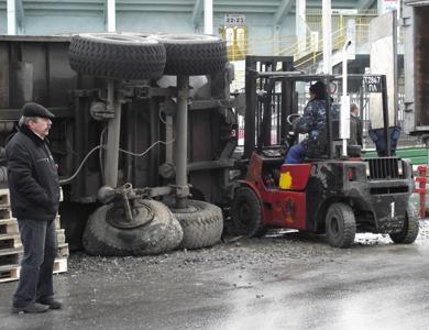 В Полтаве из-за ямы перевернулся трактор с прицепом семечек