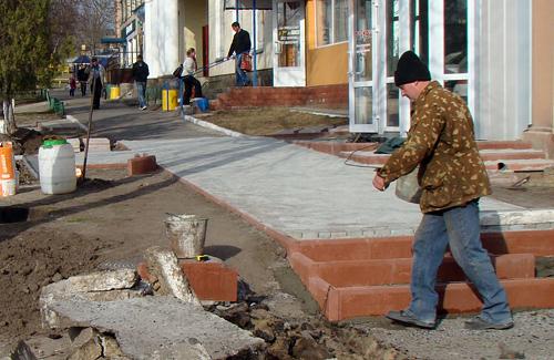 У Нових Санжарах кладуть нові тротуари