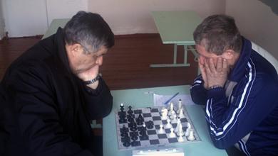Олег Позняк (зліва) грає з Миколою Резніком