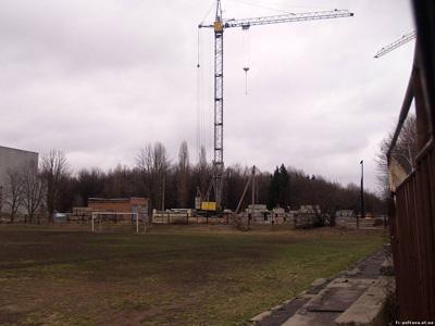 Строительство идет впритык к школьной спортплощадке