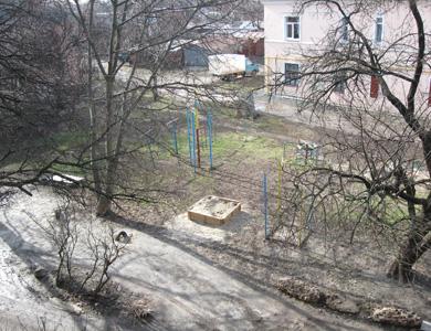 Двір будинку на вулиці П.Мирного, 4