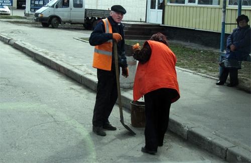 Особливу увагу надають комунальники очищенню доріг під бордюрами