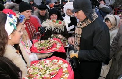 Андрій Матковський вибирає бутерброд з салом