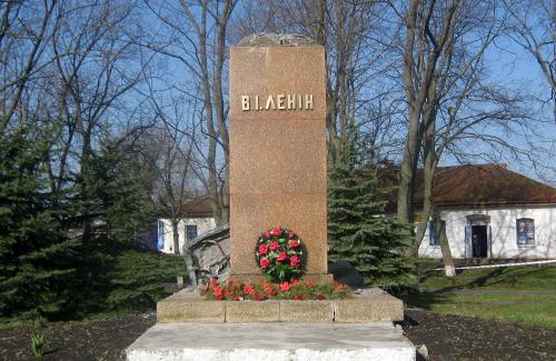 В Шишаках свалили памятник Ленину