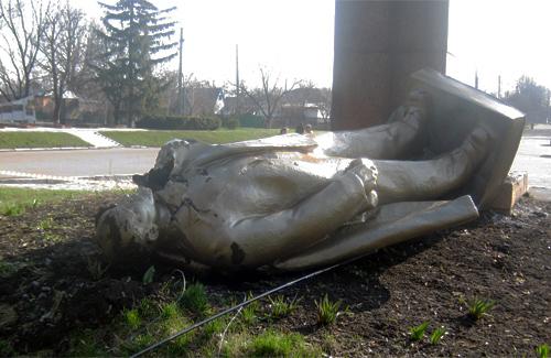 Пам'ятник Леніна у Шишаках, пошкоджений вандалами