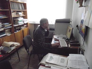 Віктор Коротенко за робочим місцем