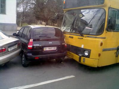 Автобус «Scania» впечатал «Hyundai» в рядом стоящий «Daewoo»