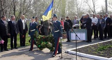 Поблизу пам'ятника чорнобильцям у Семенівці сьогодні зібралося близько 250 осіб
