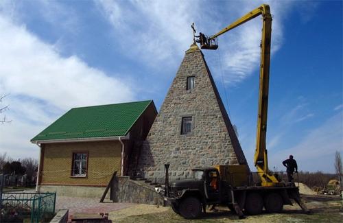 В пирамиде-усыпальнице на Полтавщине открыли церковь