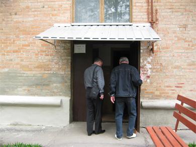 Під'їзд дому, де жив Кузьма Нездолій