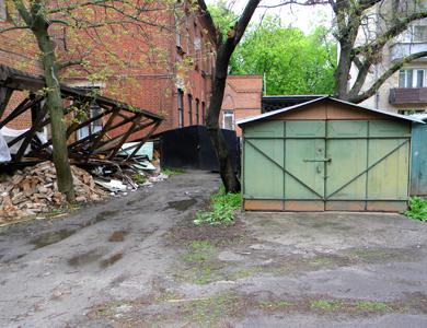 Зруйнована сходова клітина та гараж