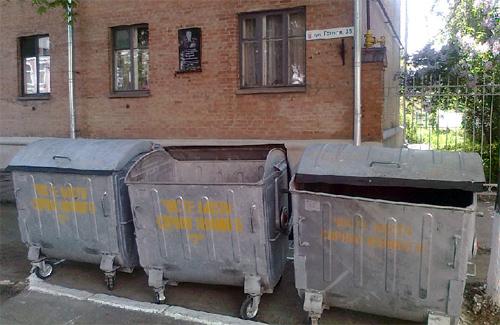 За мусорными баками в Полтаве не видно Героя Советского Союза