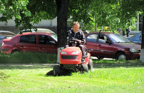 В Полтаве скашивают 30-сантиметровую траву