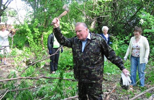 Голова профкому лікарні Петро Пінчук на вирубці сухих дерев