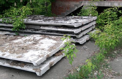 Бетоні елементи паркану, які ще не встигли поставити
