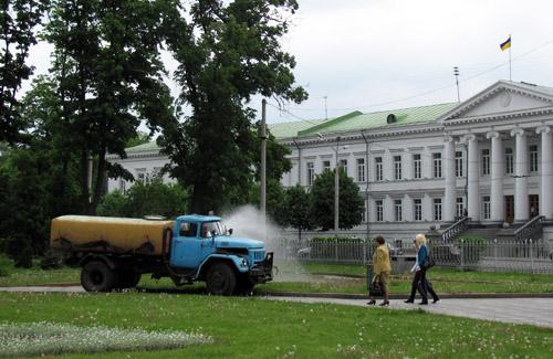 Как можно полить газон, не отрываясь от руля автомобиля