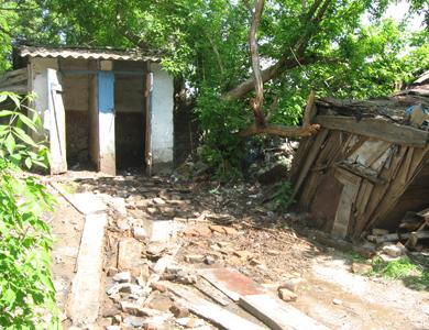 Нечистоти заливають подвір'я у центрі Полтави