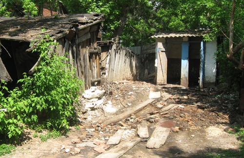 Вже два роки подвір'я будинку по вулиці Чапаєва, 4 заливають нечистоти із туалету