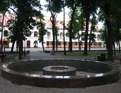 Фонтан у Полтаві позаду будівлі Полтавської міської ради також не радує перехожих