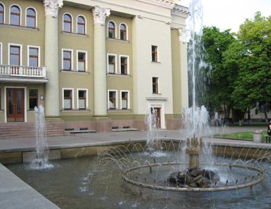 Фонтан у Полтаві біля театру Гоголя в усій красі
