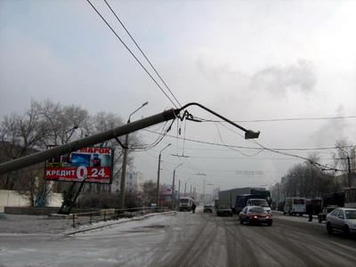 Столб упал и повис на проводах троллейбусной контактной сети