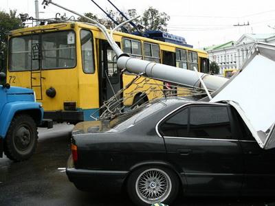 Опора упала на тролейбус и автомобиль BMW