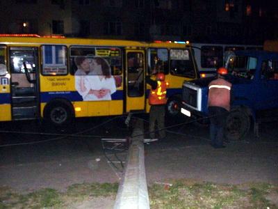 Бетонная опора упала на проежавший автобус «Богдан»