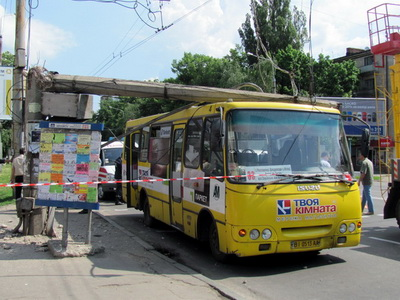 Бетонная опора упала на автобус «Богдан»