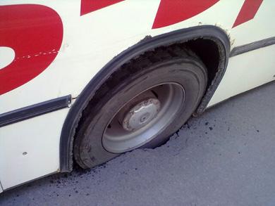 Колесо автобуса провалилось в асфальт