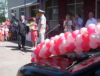 Олександр Рудяк вручає директору школи ключі від машини
