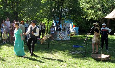 Учасники Театральної студії та Полтавських балаболок виконують виставу «Рукавичка»