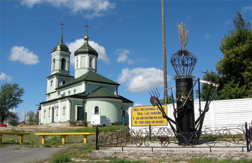 Свято-Троїцький храм і єдиний в Україні пам'ятник селянину