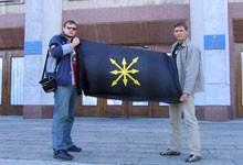 Полтавські  ідеологи ЄСМ. Їх шукає  СБУ та націоналісти, а вони в цей  час вільно фотографуються коло полтавської ОДА