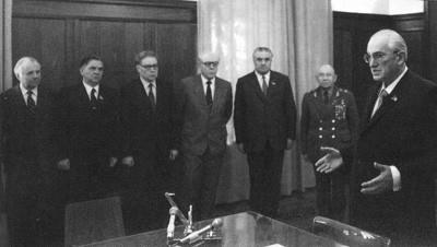 В кабинете у Андропова Слева- Григоренко, В. Пирожков, Н. Емохонов, В. Чебриков, С. Цвигун, Г. Цин