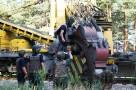 Мины достают из ковшей землеройной машины