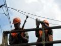 Працівники «Міськсвітла» перекусують дроти