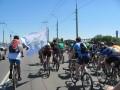Колонна велосипедистов на улице Маршала Бирюзова