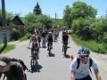 Колонна велосипедистов на улице Тоннельной, поселок Воронина