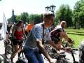 Колонна велосипедистов в Корпусном парке