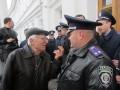 Пенсионер пытается что-то объяснить милиционеру