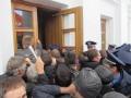 Протестующие берут штурмом вход в горсовет...