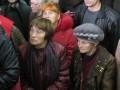 Женщины внимательно слушают выступления организаторов акции
