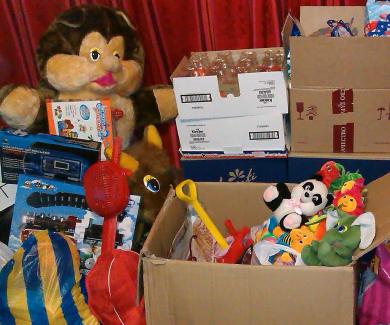 Волонтери Дід Мороз та Снігуронька подарували дітям іграшки